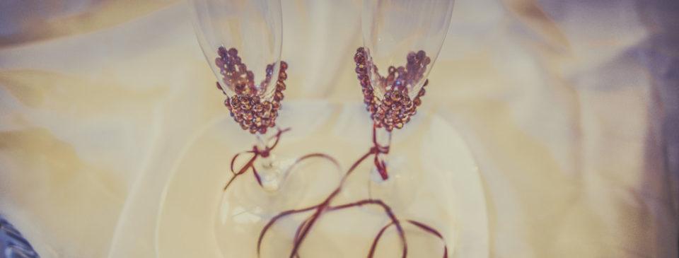 dwie lampki do szampana będące elementem imprezy jaką jest zabawa karnawałowa w restauracji rosa